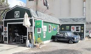 英国車の専門ショップのガレージ